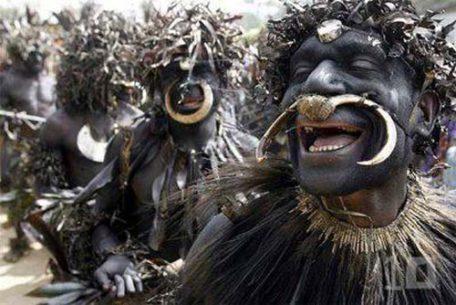Tribu Sambia bailando en grupo.