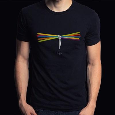 Fotografía en color y en primer plano de una camiseta negra con el diseño Faggot, que viste un chico.