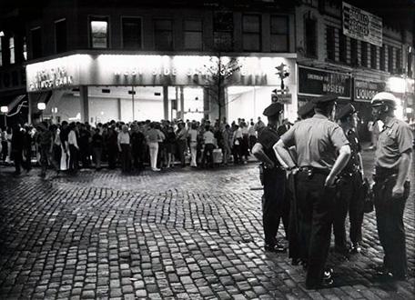 Dos de julio en la zona stonewall inn. Fotografía en blanco y negro con la policía vigilando a la gente concentrada en la calle.