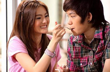 Chica dando de comer a su chica tomboy, como una pareja tradicional chica-chico.
