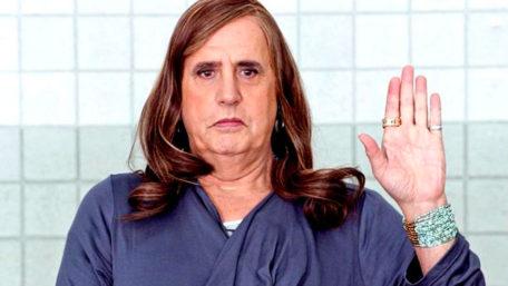 Fotograma de la serie Transparent, en el que Maura hace un juramento frente a sus amigas trans.