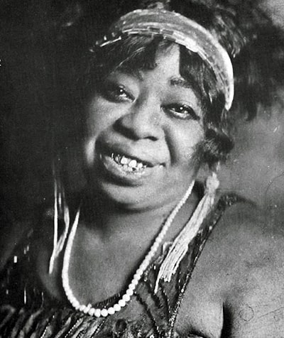 Fotografía en blanco y negro de Ma Rainey, una Bull-dyking woman