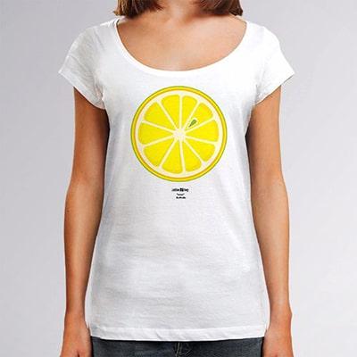 Fotografía en primer plano de una camiseta blanca que lleva una chica con el diseño Lemon, una rodaja de limón vista de frente en colores blanco, amarillo y verde.