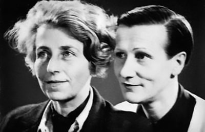 Close-up and black-and-white photography of two Kesser Vater, Gertrude Sandmann and Hedwig Koslowski, two women dressed in men's clothing.