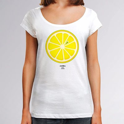 Close-up photograph of a white T-shirt worn by a girl with the Lemon drawing, a slice of lemon seen from the front in white, yellow and green colors.