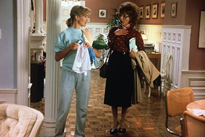 A frame of the film Tootsie, with its two protagonists, where the large size of the shoes is appreciated.