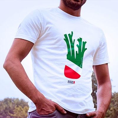 Fotografía en plano corto de un chico con una camiseta con la ilustración Finocchio con los colores de la bandera italiana.